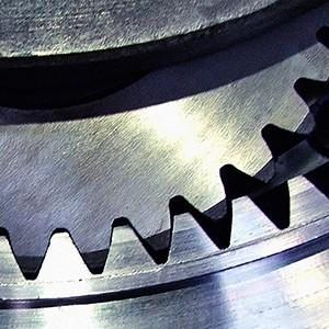 Detalle de dos ruedas dentadas metálicas