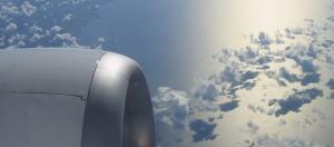 El motor de un avión en pleno vuelo con fondo de cielo y nubes